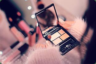 化粧鏡を持つ人